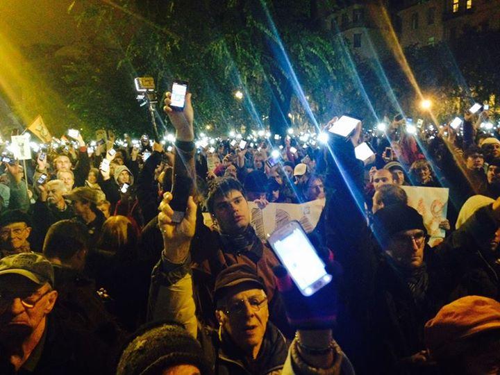 L'Ungheria in piazza con gli smartphone illuminati